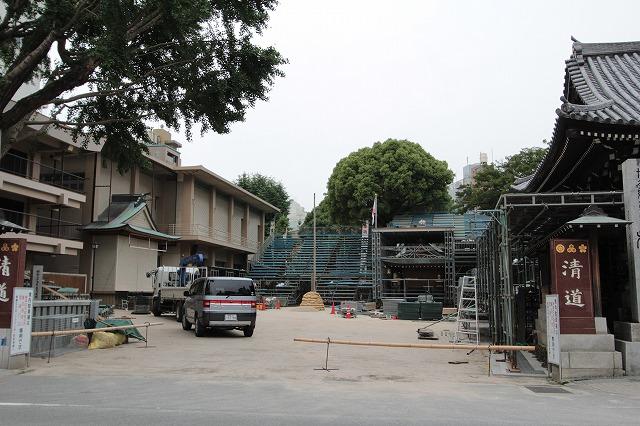 桟敷席を建設中の櫛田神社