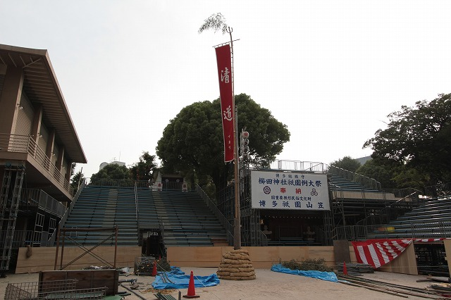 山笠の櫛田入りの際に回る清道の旗