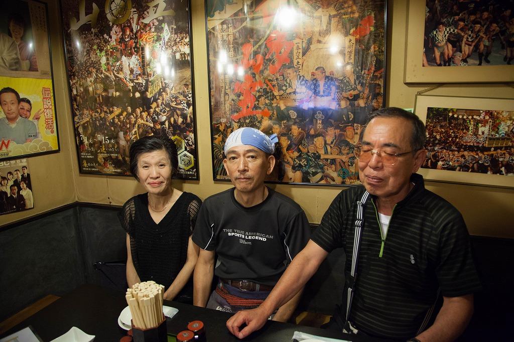 富岡さんご夫妻と「酒房やす」の店主 大庭 信雄さん(中央)
