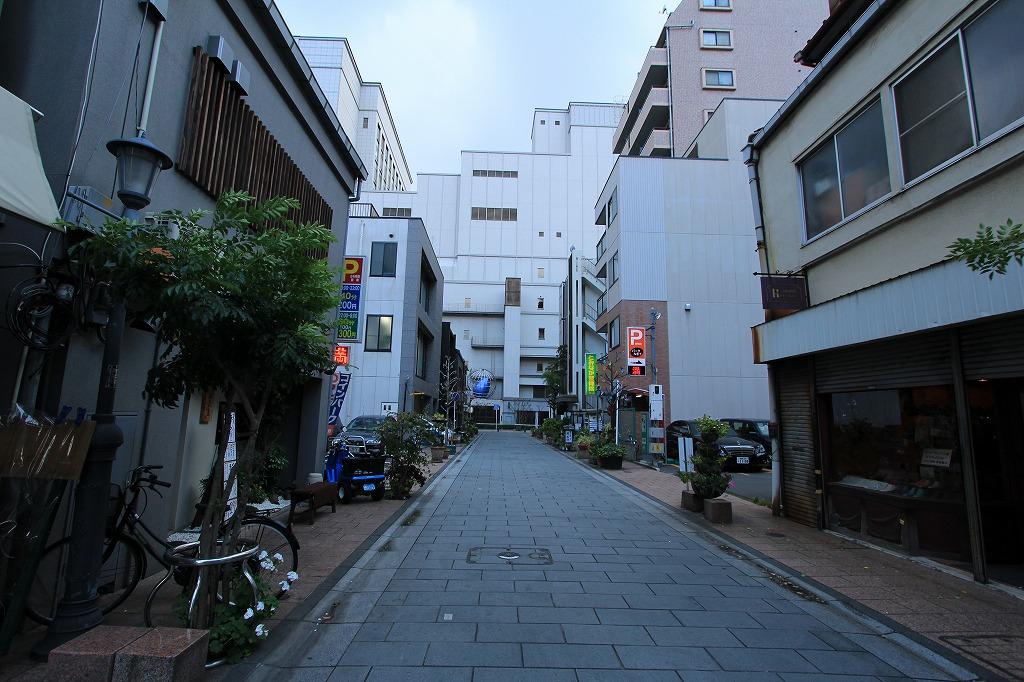 土居通りは昔からある老舗や小売店、居酒屋などがある2