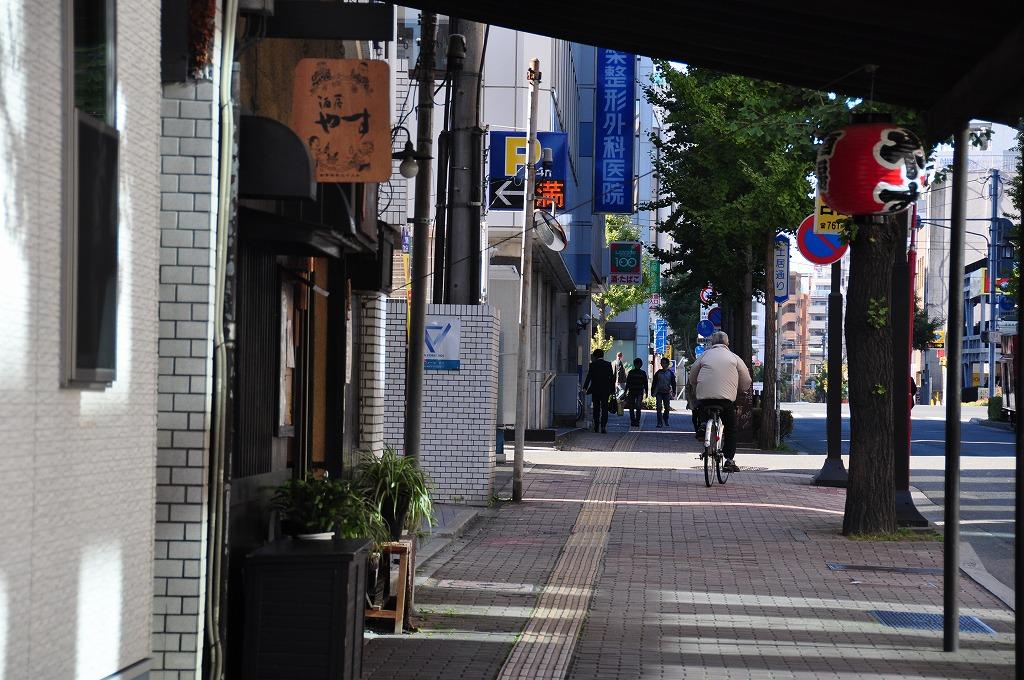 土居通りは昔からある老舗や小売店、居酒屋などがある1