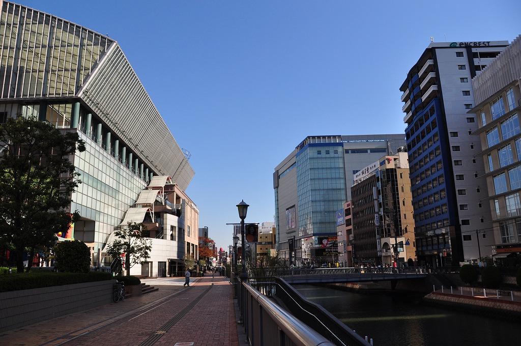 博多川を挟んで左手に見える建物が博多リバレイン、右手は中洲