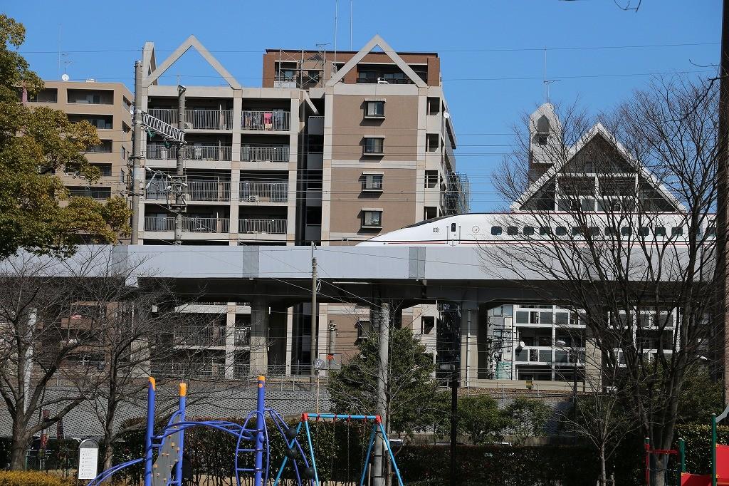 美野島公園から見える九州新幹線