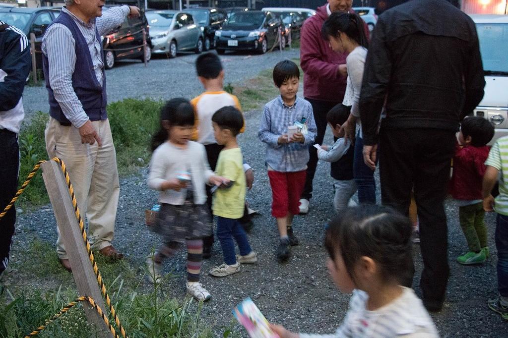 太鼓の練習が終わると、子供たちにご褒美が配られます1